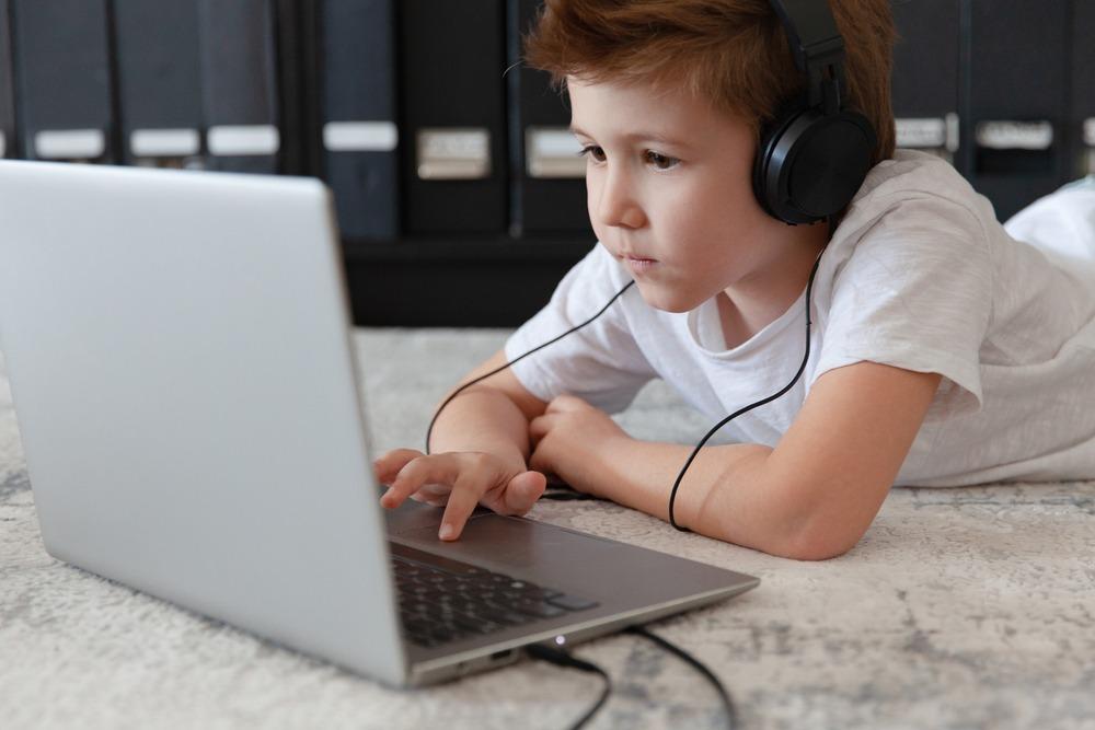 los niños super entretenidos con las clases online
